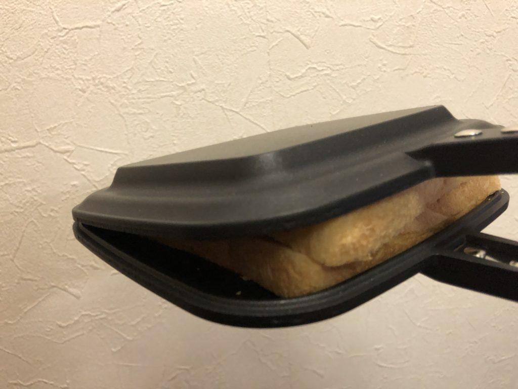 はさむ時に上のパンがずれる